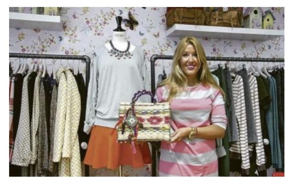 Jacqueline Zarabozo con bolso cesta de junco. Agosto 2013
